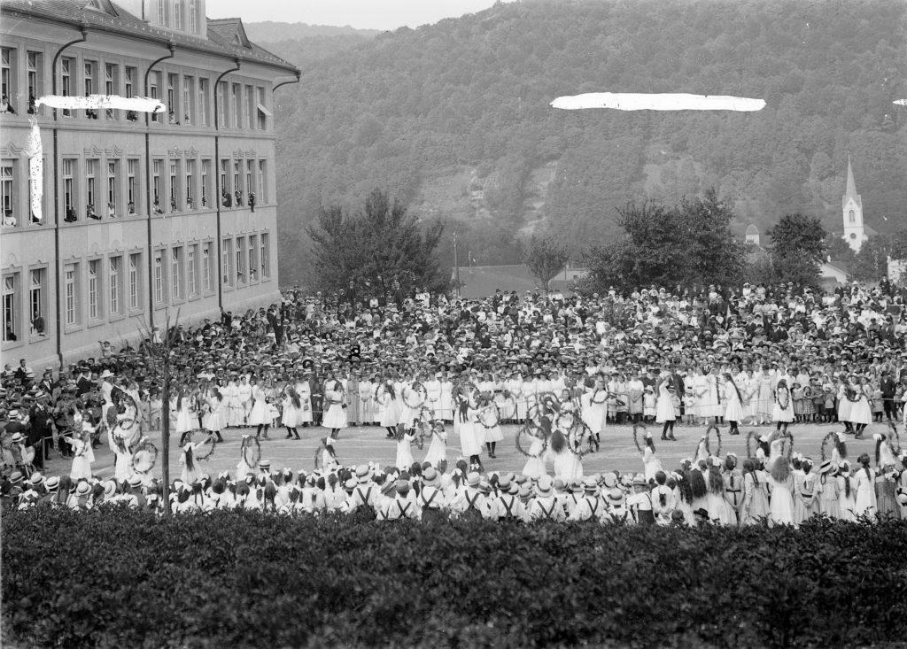 Einweihungsfeier Schulhaus Rotacker mit Schüleraufführung im Jahr 1919, Liestal. STABL_PA_6292_01.550, Fotosammlung Seiler Arnold und Junior, Liestal, Staatsarchiv Basel-Landschaft