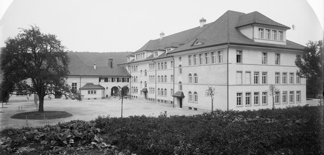 Turnplatz und Pausenhof mit Baum, Schulhaus Rotacker, Liestal. STABL_PA_6292_01.559, Fotosammlung Seiler Arnold und Junior, Liestal, Staatsarchiv Basel-Landschaft