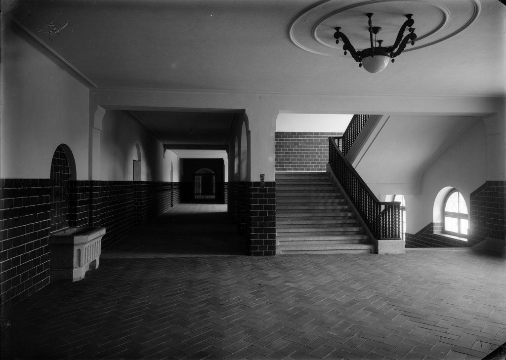 Treppenhaus und Gang, Schulhaus Rotacker, Liestal. STABL_PA_6292_01.565, Fotosammlung Seiler Arnold und Junior, Liestal, Staatsarchiv Basel-Landschaft