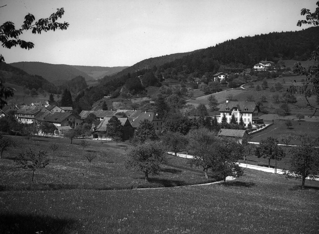 Oben das Sanatorium, darunter das Wohnhaus, um 1906, Langenbruck, STABL_PA_6412_01_01_137, Fotoarchiv der Firma Lüdin AG, Liestal, Fotograf: Karl Lüdin, Staatsarchiv Basel-Landschaft