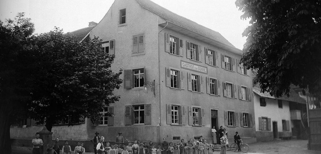 Gasthof zur Sonne am Dorfplatz, Reigoldwil, ohne Jahrgang, STABL_PA_6412_01_01_238, Fotoarchiv der Firma Lüdin AG, Staatsarchiv Basel-Landschaft