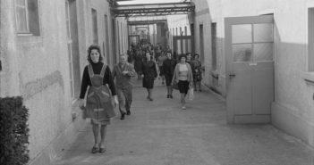 Schmale Gassen führen zu den Produktionsstätten (um 1965), ETH-Bibliothek Zürich, Bildarchiv / Fotograf: Jack Metzger, Com_L14-0273-0004-0002, CC BY-SA 4.0