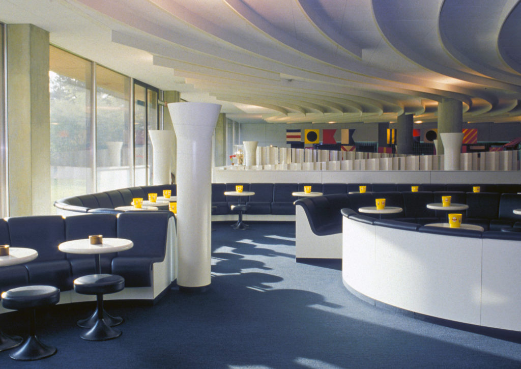 Aschenbecher in der Caféteria wären heute wohl unvorstellbar, Bild: Burckhardt+Partner AG Architekten Generalplaner
