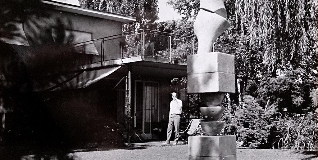 Garten der Familie Baur an der Peter Ochs-Strasse 3. Im Vordergrund eine verkleinerte Version Arps Betonstele im Massstab 1:2. Fotografie aus Privatarchiv.
