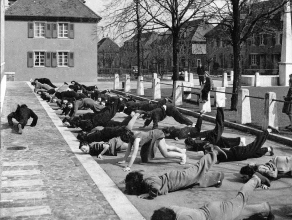 Turnunterricht auf dem Genossenschaftsplatz © Archiv Siedlungsgenossenschaft Freidorf