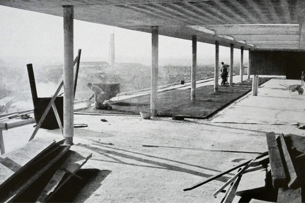 Verlegen der Korkisolierung auf der Dachterrasse des Bettenhauses © Paul Butscher