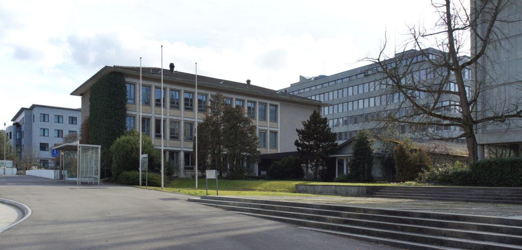 Nordwestfassade Nr.31 mit Platz und Treppenanlage von Nr.33 und Nr.33a, dahinter der 6-geschossige Bau von 1968 © Architektur Basel