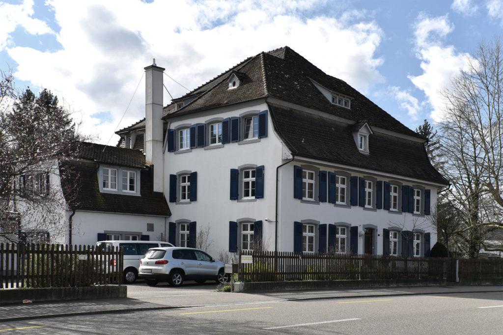 Der Hauptbau liegt direkt an der Strasse © Simon Heiniger / Architektur Basel