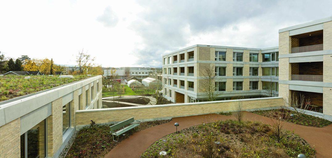 Neubau Pflegeheim Marthastift, Blick über Dachgarten im 1.Obergeschoss und grossen Innenhof, © Julian Salinas