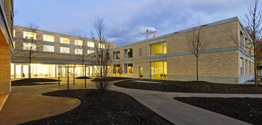 Neubau Pflegeheim Marthastift, Blick von grossem Innenhof auf Ost- und Westflügel, © Julian Salinas