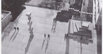 Betonstele «Colonne aux éléments interchangables» von Hans Arp © (1960) und Stufenpyramide von Armin Hofmann (1960). (Fotografie Foto Merkle, [s.d.], in: Hermann Baur - Sachlichkeit in Beton. Bau- und Verkehrsdepartement des Kantons Basel-Stadt (Hrsg.), Niggli, Sulgen, 2011, S. 10).